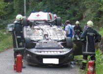 Ausweichmanöver: Auto landet auf Dach