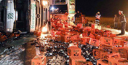 Nichts für Bier-Liebhaber: Lkw mit 28.000 Flaschen umgekippt
