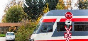 Autolenkerin in Schalchen nach Kollision mit Zug schwer verletzt