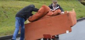 Zwei betrunkene Iren transportieren eine Couch – was soll schon schiefgehen?