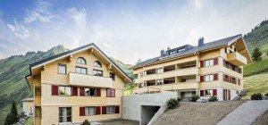 """Alle Wohnungen bezogen: trimana feiert Eröffnung der """"Alpen.Lodge"""" in Faschina"""