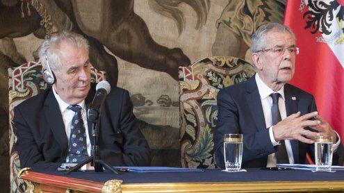 Treffen zweier Kettenraucher: Van der Bellen auf Mission in Prag
