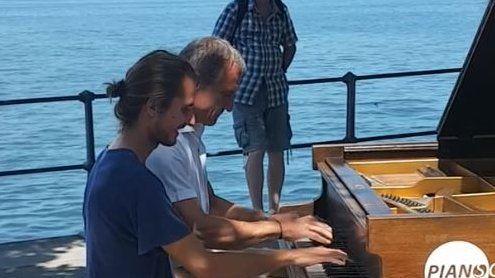 """""""Open Piano"""" in Bregenz: Linhart spielt Klavier in den Seeanlagen"""