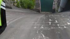 Wahnsinn: Biker stürzt sich Damm hinunter