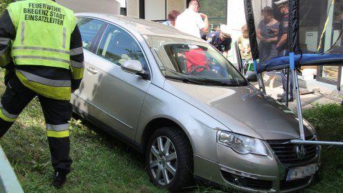 Mit Trampolin kollidiert: Senior stürzt mit Auto in Garten